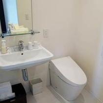 【ダブルルーム】大きめの洗面にすっきりタンクレスのおトイレです。