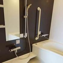 【アクセシブルツインルーム】浴室専用の車椅子やバスボードなど各種ご用意しております。