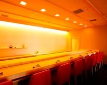 【福鮨】天然ひのきの一枚板を使用したカウンター席は8名だけの特別空間です。