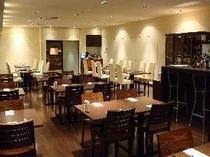 イタリアンレストラン【ラポルタ】落ち着いた店内は記念日にも最適です。バーカウンターもご用意しています