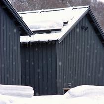 建物は「蔵群」の名通りの外観。隠れ家のようなイメージ。