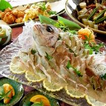 *【ファミリープラン夕食一例】夕食は大皿で♪鯛のお造りや鳥の唐揚げなど、盛り沢山!