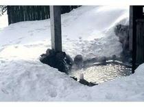 いっぱいの雪に囲まれた 露天風呂