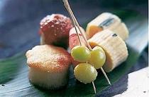 地元野菜と季節の素材が彩りよく盛られる前菜