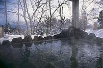 冬季は露天の縁に積もった雪を湯舟から