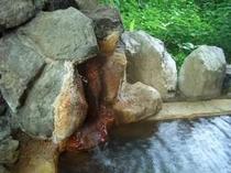 成分が濃い湯が注がれる源泉100%かけ流しの源泉成分