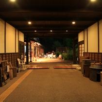 ■お蔵造りのような入り口通路