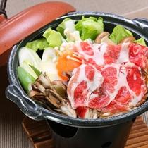 ジビエ料理の元祖食材とも言える猪を使ったすき焼きです。臭みはなく、肉自体の旨味が高いのが特徴です。