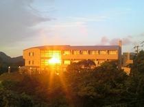 夕陽に輝く宿