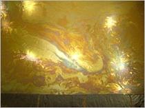 冬の朝一番には湯船の表面に黄金色の膜が広がります。