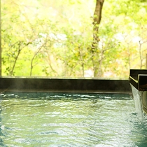 湯量豊富な天然温泉