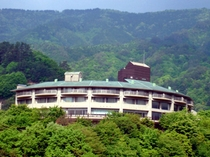 新緑に囲まれたホテル