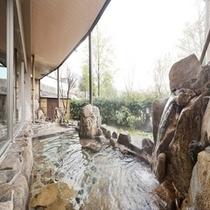 露天風呂(昼)岩肌と緑の雰囲気に癒されます♪
