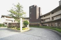 ホテル正面(中庭からのホテル外観)