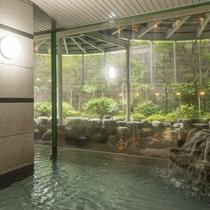 大きな窓から明るい光が差し込む大浴場。