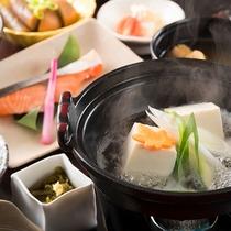 朝食の湯豆腐でホッとひととき。和風朝食の一例。