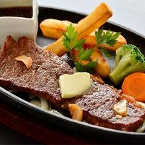 肉汁がじゅわ~~♪牛ステーキは大人気のメニュー!