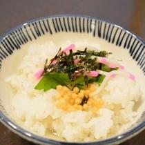 【勝山ぼっかけ】赤い蒲鉾や三つ葉が入っただし汁を温かいご飯にかけて食べる郷土料理