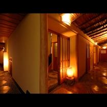 ◆杉皮の天井に飛び石仕上げ、包み込むような明かり、異空間が建物内に広がります