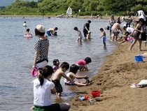志田浜で遊ぶ子供達