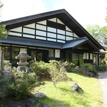 ■ダイナミックな梁が織り成す伝統建築の本棟造りの宿