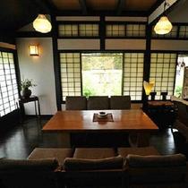 ■【ラウンジ】日本伝統を感じる家具に囲まれて。