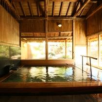 ■【男性内風呂】木の温もりを感じる内湯