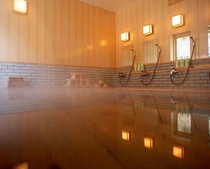 24時間入浴可能な 渓流沿いの檜大浴場