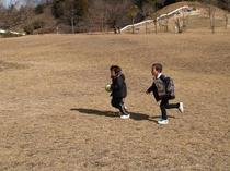 芝生広場で遊ぶこどもたち。