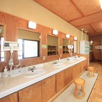 ■大浴場脱衣所/男湯、女湯それぞれにパウダールームをご用意しております。