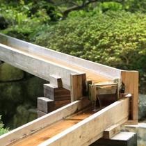 ■中庭/震災の影響で池に水が溜まらないため、当館の社長が樋を繋いで対策中です。