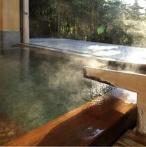 """【半露天風呂】どこか心地よい""""秘湯""""のような空間で、ゆっくりと湯贅に浸るひととき。"""