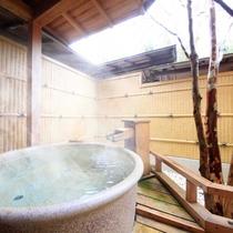 【「宴」の間】檜露天風呂の二つの温泉風呂を備えています。