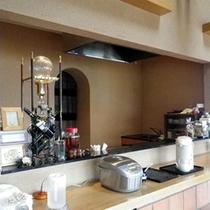 *レストランのカウンターは、農家の台所という雰囲気でアットホームです。