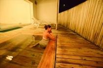 男子 露店風呂 夜