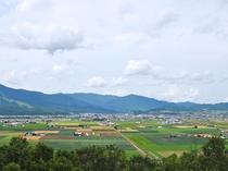 【ハートヒルパーク展望台】広大な富良野市街を一望できる展望台。