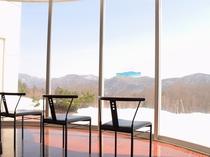【ロビー】冬は雪景色を眺めながらお待ちいただけます