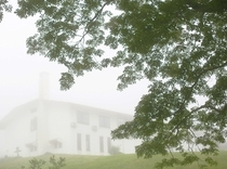 霧の中のロッジ