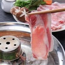 桃豚しゃぶしゃぶ。柔らかく甘みがあるのにあっさり。県産ブランド豚を存分に味わえるしゃぶしゃぶです。