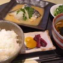 ご飯のすすむ鯖の味噌煮。定食のご飯とお味噌汁はおかわり無料です。