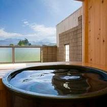 客室露天風呂の一例 陶器の露天風呂