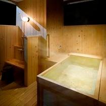 客室露天風呂の一例 檜のお風呂