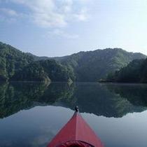 【アクティビティ】波ひとつ無い湖面はおおきな鏡と化します。壮大なシンメトリーをお楽しみください。