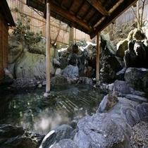 【大浴場露天】 *温泉のぬくもりと谷川の新鮮な空気の両方をいっぺんにお楽しみください!