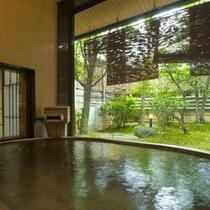 「椿苑」の露天風呂。こちらは檜の湯