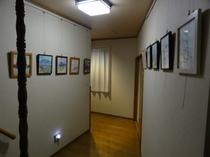 部屋へいく廊下、著名画家の作品多数