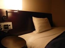 ◆サイドテーブル&ライト◆コンフォートルームに装備