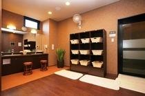◆男性用脱衣場◆湯上りに必要な各種アメニティや有料のマッサージチェアも揃えております
