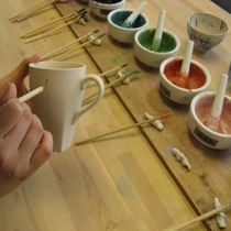 【陶芸スタジオ】コップやお皿の素地に自由に模様を描けます