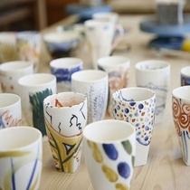 【陶芸スタジオ】絵付け。お絵かき感覚で小さなお子様も安心して楽しめます